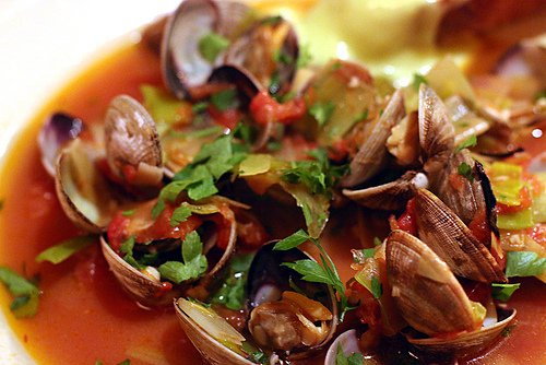 Clams, tomatoes and leeks
