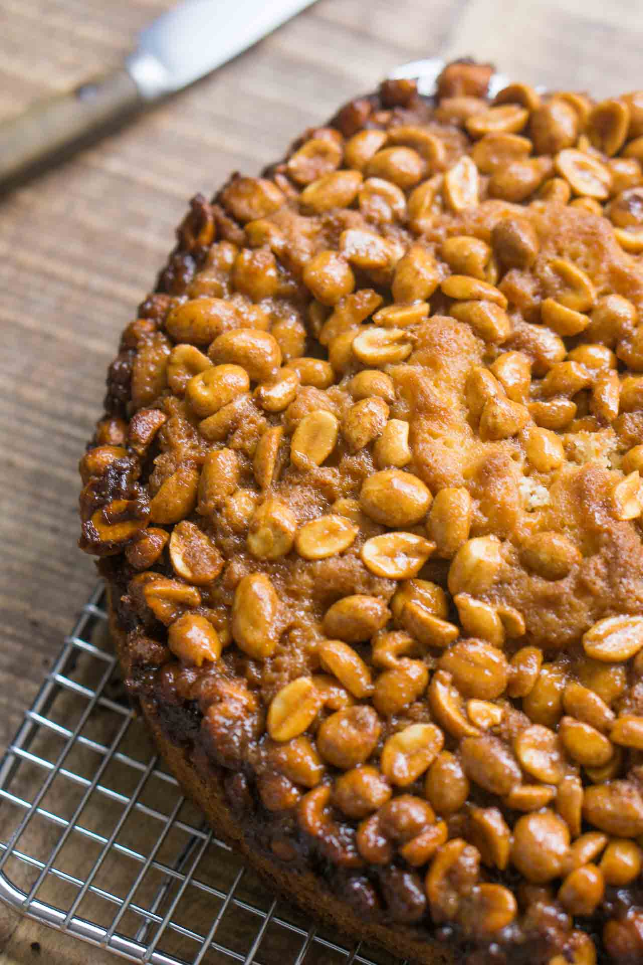 A wonderful cake with a nutty, crispy, caramelized peanut topping!
